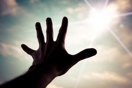alabando a dios: La mano de un hombre que alcanza el cielo color de tonos imagen hacia