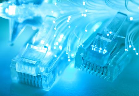 Netzwerk-Kabel Closeup mit Faser-Optik Geringe Schärfentiefe Selektiver Fokus Standard-Bild - 25306191