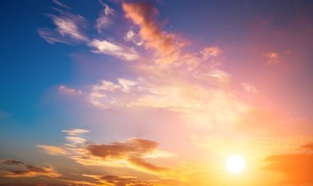 Dramatische Sonnenuntergang Himmel mit orangefarbenen Wolken und Sonne Standard-Bild - 25444671