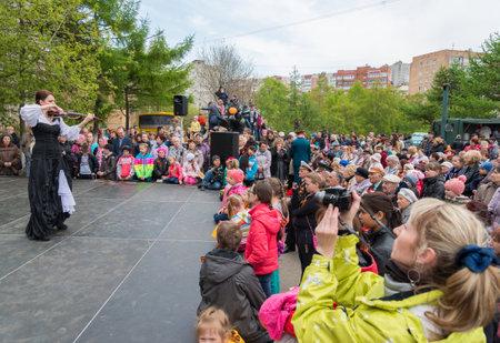 festividades: VLADIVOSTOK, Rusia - 09 de mayo 2014 de la muchacha que toca el viol�n en las festividades dedicadas al D�a de la Victoria Editorial
