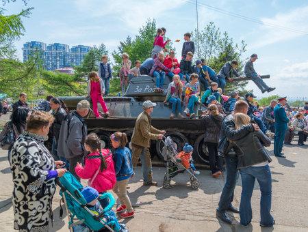 festividades: Vladivostok, Rusia - 09 de mayo 2014 Los ni�os juegan en el restaurado T-34 tanque medio durante las festividades dedicadas al D�a de la Victoria