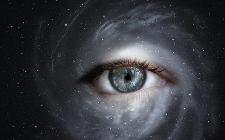 paz mundial: Space galaxy Concepto de imagen del ojo humano con