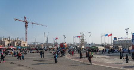 festividades: VLADIVOSTOK, Rusia - 23 de febrero 2015: La gente camina en la plaza de la ciudad durante las fiestas dedicadas al D�a de los defensores de la Patria. Editorial