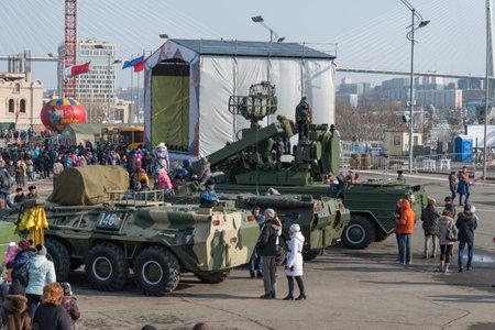 festividades: VLADIVOSTOK, Rusia - 23 de febrero 2015: veh�culos blindados rusos modernos durante las festividades dedicadas al D�a de los defensores de la Patria.