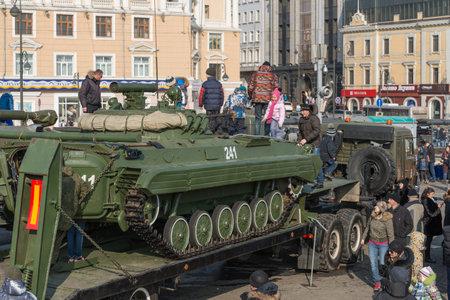 festividades: VLADIVOSTOK, Rusia - 23 de febrero 2015: Los ni�os juegan en el veh�culo blindado ruso moderno durante las festividades dedicadas al D�a de los defensores de la Patria. Editorial