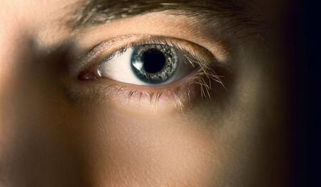 maquillaje de ojos: Ojo Hombre azul con lentes de contacto, disparo macro. Poca profundidad de campo.