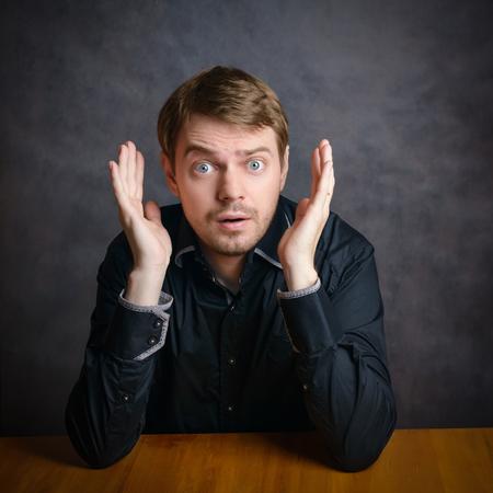visage profil: Visage surpris. Fond sombre. Banque d'images