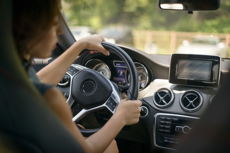 여성 운전하는 차. 선택적 중점을두고 있습니다. 스톡 콘텐츠
