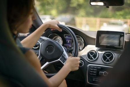 Coche de conducción femenina. Enfoque selectivo. Foto de archivo - 42877037