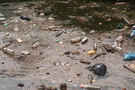 contaminacion ambiental: La contaminaci�n por petr�leo y la basura en el agua. Enfoque selectivo con profundidad de campo.