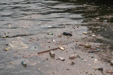 residuos toxicos: La contaminación por petróleo y la basura en el agua. Enfoque selectivo con profundidad de campo.