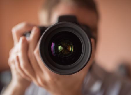 espejo: El fot�grafo haciendo Autorretrato en un espejo. Tonificaci�n de la vendimia. Poca profundidad de presentada. Foto de archivo