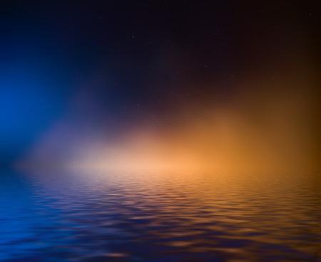 Nachtelijke hemel met kleurrijke wolken en de sterren weerspiegeld in het water.