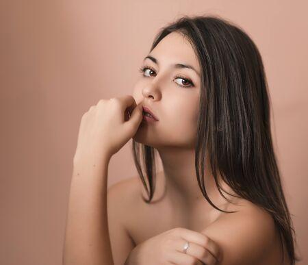 junge nackte m�dchen: Portr�t einer sch�nen jungen Brunette. Selektive Weichzeichnen.
