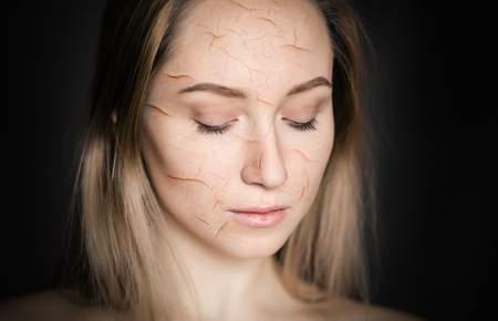 Mujer con piel agrietada como concepto de efecto cosmético y deshidratante.