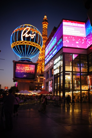 las vegas nuit: Las Vegas, Nevada - 2 septembre 2011 : Paris Las Vegas Hotel and Casino caract�ristiques Tour Eiffel r�plique avec le th�me, la ville de Paris, en France, � Las Vegas, Nevada.