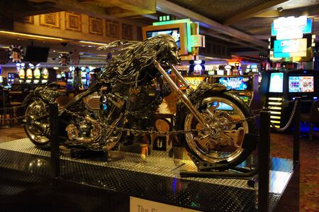 ile au tresor: Las Vegas, Nevada - Septembre 1 2011: Un �cran de moto � l'H�tel Treasure Island Casino � Las Vegas, Nevada