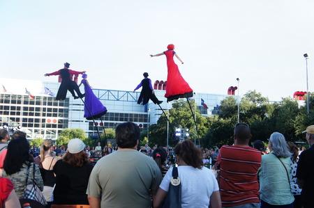 Houston, Texas - 20 setembro - 22 setembro 2013 Australias Strange Fruit traz teatro, dança e circo para o Jones Lawn, Discovery Green Editorial