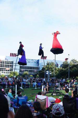 Houston, Texas - 20 de setembro - 22 de setembro de 2013 O Strange Fruit da Austrália traz teatro, dança e circo para o Jones Lawn, Discovery Green Editorial