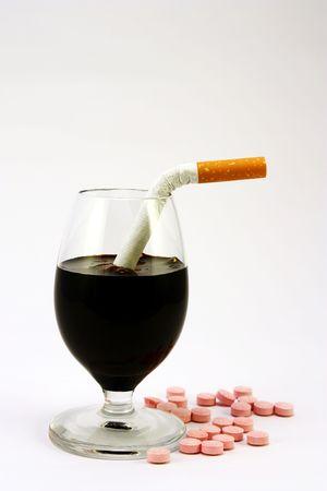 Vaso de alcohol, drogas y cigarrillos Foto de archivo - 6195005