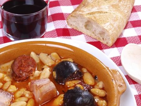 tapas españolas: Fabada Asturiana. Nativo tradicional comida española de Asturias Región