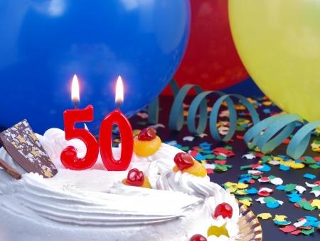 anniversaire: Gâteau d'anniversaire avec bougies rouges montrant N ° 50