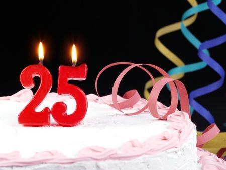 torta con candeline: Torta di compleanno con candele rosse mostrando Nr. 25