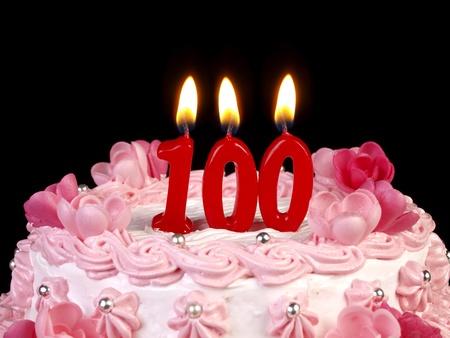 torta con candeline: Torta di compleanno con candele rosse mostrando n. 100