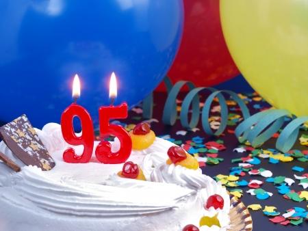 95: Torta di compleanno con le candele rosse che mostrano No. 95 Archivio Fotografico