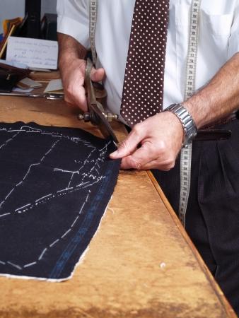 traje: Tailor manos de trabajo, de una manera tradicional.