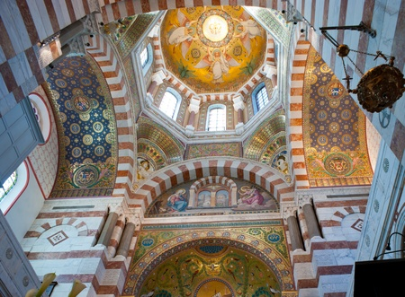 The large cupola in the middle of the transept is decorated with a mosaic representing four angels. A blind arcade of the bedside, above the apse, contains a mosaic representing the Annunciation of Mary