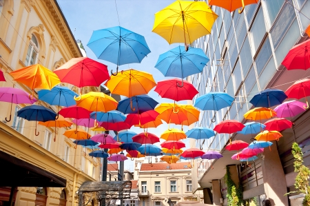 lluvia paraguas: Muchos abierto los paraguas cielo dan una garant�a de que la lluvia no se echan a perder el d�a, Belgrado, Serbia.