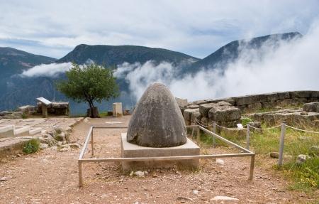antigua grecia: La opinión sobre Omphalos o Baetylus, el famoso artefacto de piedra religiosa, que era el centro del universo para los antiguos griegos, Delfos, Grecia. Foto de archivo