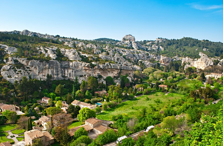 fontaine: The narrow Fontaine Valley between Alpilles hides cozy cottages, green gardens and old villas, Les Baux-de-Provence, France. Stock Photo