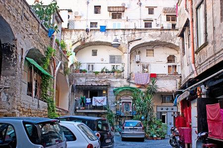backstreet: N�poles, Italia - el 03 de octubre 2012: El peque�o calle polvorienta escondida en el casco antiguo, con el icono en el centro para la protecci�n de los residentes del hogar y de sus bienes, el 3 de octubre en N�poles.