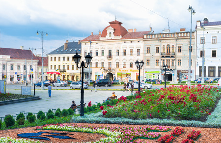 central square: Chernivtsi, Ucraina - 20 giugno 2014: La piazza centrale con i letti panoramiche di fiori accanto al Municipio, il 20 giugno 2014. Editoriali
