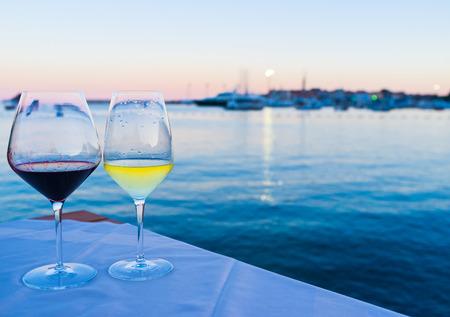 Verres de vin avec la vue sur la vieille ville et le port, Budva.