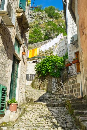 backstreet: El pintoresco callej�n mediterr�neo con la ropa de secado y viejas escaleras estrechas, lo que lleva a la fortaleza de San Juan, Kotor, Montenegro. Foto de archivo