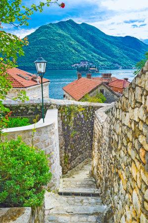 backstreet: La vista desde el callej�n medieval en la bah�a de Kotor con el islote de San Jorge, Perast, Montenegro.