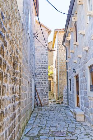 backstreet: El tranquilo patio situado junto al paseo mar�timo ocupado, Perast, Montenegro.