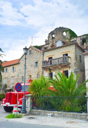 estacion de bomberos: El parque de bomberos de Perast con el coche de bomberos rojo, estacionado en frente de ella, Perast, Montenegro.