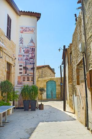 backstreet: Limassol, Chipre - 04 de agosto 2014: La calle secundaria tranquila con la pintura esc�nica en la pared de la casa, el 4 de agosto en Limassol.