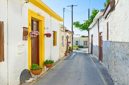 backstreet: El callej�n estrecho decorado con flores en macetas y plantas verdes, Lefkara, Chipre.