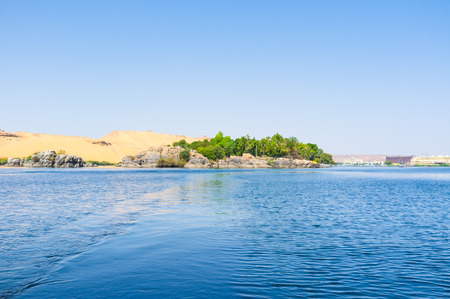 The Nile in Aswan contains the numerous islands between the banks, Egypt. 免版税图像