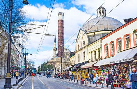 divan: ESTAMBUL, Turqu�a - 13 de enero 2015: La calle de compras Divan Yolu con la famosa Columna romana de Constantino, el 13 de enero en Estambul. Editorial