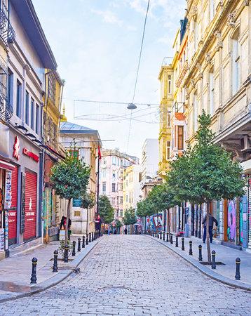 ISTANBUL, TURKEY - JANUARY 13, 2015: The narrow street leading to Galata Bridge, on January 13 in Istanbul.