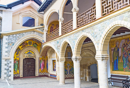 the church: La entrada a la iglesia Virgen del Monasterio Kykkos, rodeado de hermosos iconos de mosaico, Troodos, Chipre. Editorial