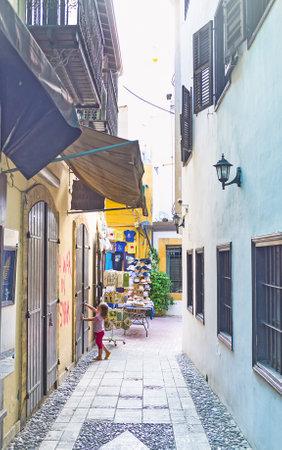 backstreet: NICOSIA, Chipre - 04 de agosto 2014: El callej�n estrecho en el barrio antiguo de la ciudad, el 4 de agosto en Nicosia.