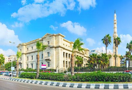 alexandria egypt: The Mahta Al Raml square, surrounded by the scenic green garden, neighbors with Al Qaed Ibrahim mosque, Alexandria, Egypt. Editorial
