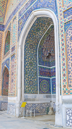 beg: Decoration of the central portal of Ulugh Beg Madrasah with floral and geometric traceries made of colorful mosaics, Samarkand, Uzbekistan.